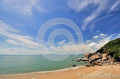 Overzeese kust met brede hemel
