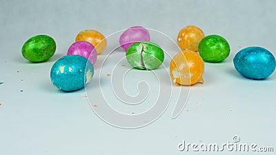 Ovos decorados quebrados durante o festival cristão Pascha ou a ressurreição domingo após o ovo tradicional do jogo da Páscoa que vídeos de arquivo