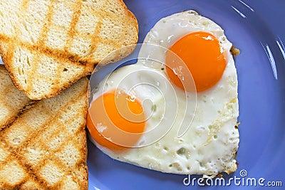 Ovos fritados dados forma coração