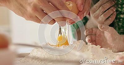Ovos que se transformam em farinha video estoque