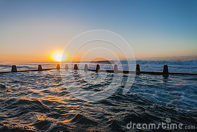 Ozean-Gezeiten- Pool bewegt Sonnenaufgang wellenartig