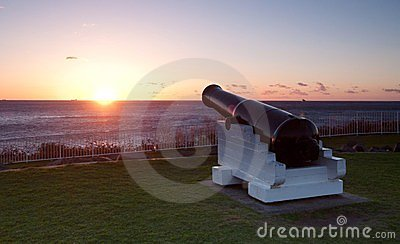 Ozeansonnenaufgang und -kanonen in Wollongong
