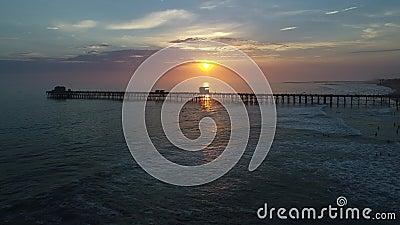 Ozeanufer-Pier bei Sonnenuntergang stock video