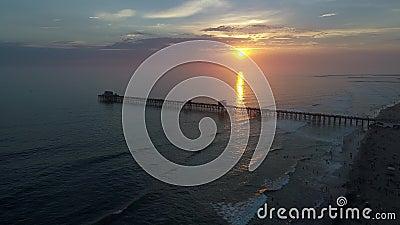 Ozeanufer-Pier bei Sonnenuntergang stock video footage