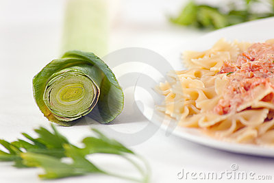 Pâtes Farfalle avec de la sauce saumonée