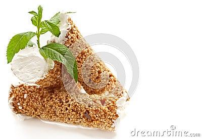 Pâtisserie de sésame avec la crème fouettée