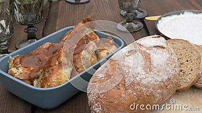 Pão e outros alimentos em mesa vídeos de arquivo