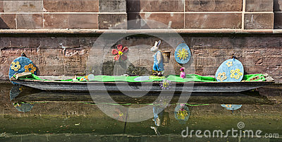 Påskgarnering på en kanal i Colmar Redaktionell Bild