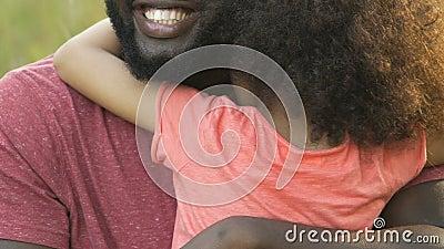 Père africain étreignant sa fille, passant des vacances ensemble, affection de famille clips vidéos
