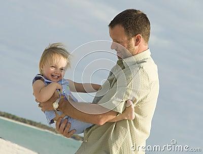 Père et descendant à la plage