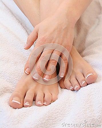 Diga não as rachaduras e o suor excessivo dos seus pés nesse verão