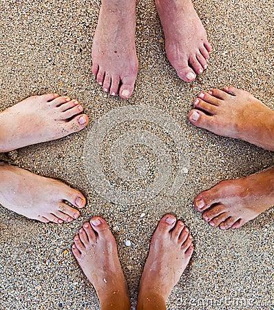Pés da família na praia