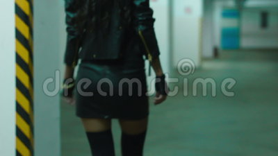 Pés da menina com os saltos que andam no primeiro andar velho filme