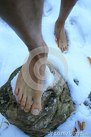 Pés desencapados na neve