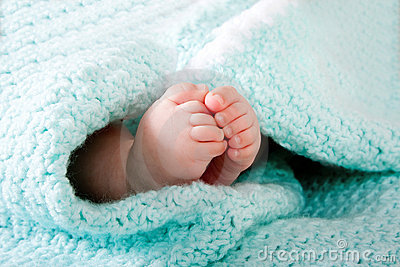 Pés do bebê no cobertor