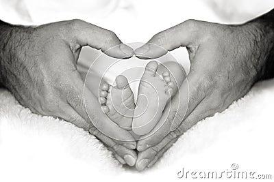 Pés do bebê no coração