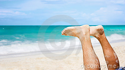 Pés do homem na praia