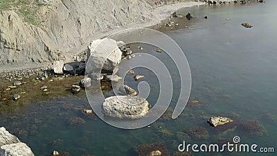 Pêche au foie sur les rochers côtiers. Fusillade de drones d'en haut. Mer pittoresque clips vidéos