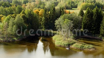 Pêcheur sur un canot en caoutchouc sur un lac, paysage d'automne clips vidéos