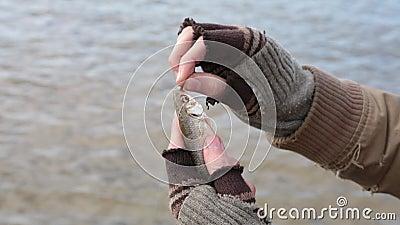 Półdupek łapał małej ryby popasem, ale ono nieoczekiwanie wśliznie z swój ręk zbiory wideo