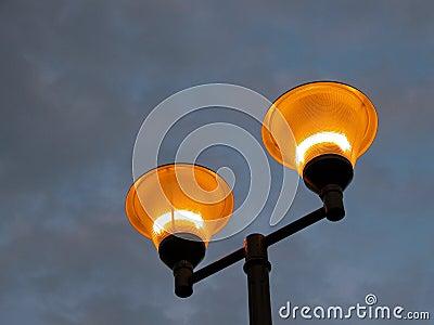 Pôle Illuminating contre un ciel orageux