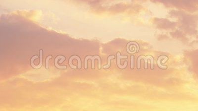 pôr do sol dramático Nuvens laranja, douradas e em movimento rápido Céu da noite Tempo decorrido 4 K video estoque