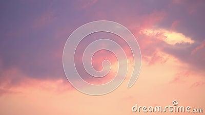 pôr do sol dramático Nuvens roxas, rosa, em movimento rápido Céu da noite TimeLapse 4 K filme