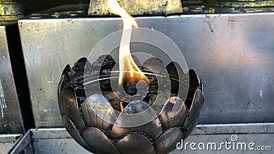 Płomień w srebrnej lampie metalowej w Wat Phra That Doi Suthep, Chiang Mai zdjęcie wideo