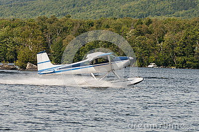 Pływakowy samolot lub hydroplan bierze daleko