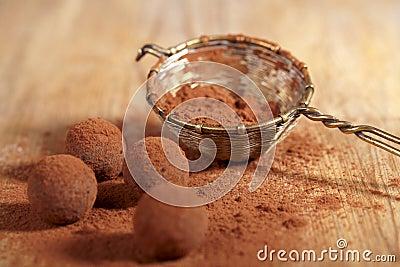 Pó de cacau das trufas de chocolate espanado