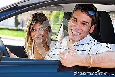 Paar in auto