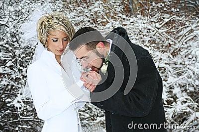 Paar dat hun handen opwarmt