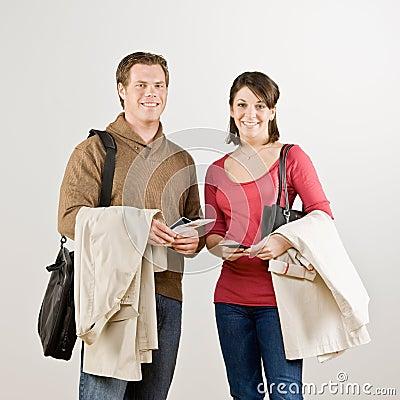 Paar dat met luchtvaartlijnkaartjes voorbereidingen treft te reizen