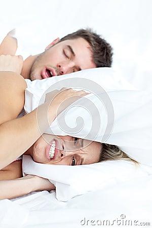 Paar dat op bed ligt