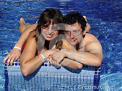 Paar in de pool