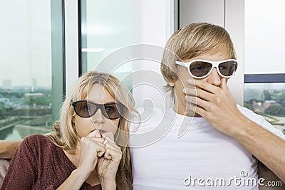 Paar die 3D glazen thuis dragen en op TV met concentratie letten