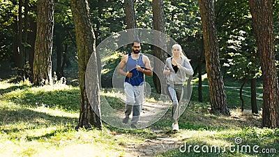Paar geht, im Park zu rütteln stock video