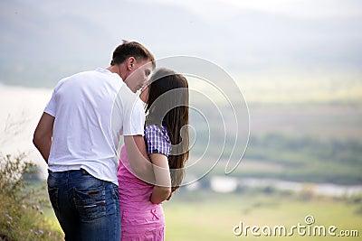 Paar het kussen in bergen