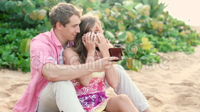 Paar in liefde, Mens die zijn partner met verlovingsring op strand verrassen stock footage