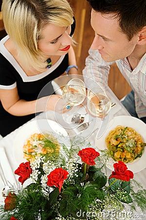 Paar met deegwaren en wijn