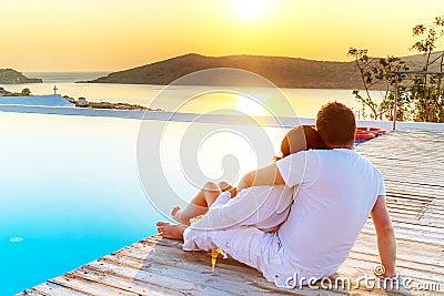 Paar in omhelzing het letten op zonsopgang