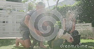 Paar-washond in de tuin stock videobeelden