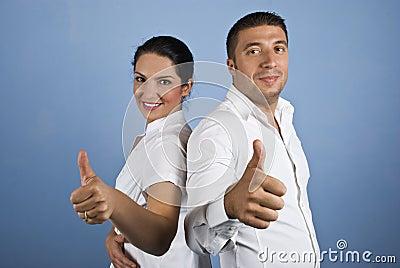 Paare der Geschäftsleute, die Daumen aufgeben