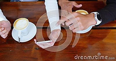 Paare, die über Handy in der Cafeteria 4k sich besprechen stock video footage