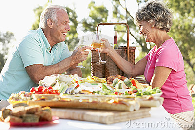 Paare, die Al-Fresko speisen