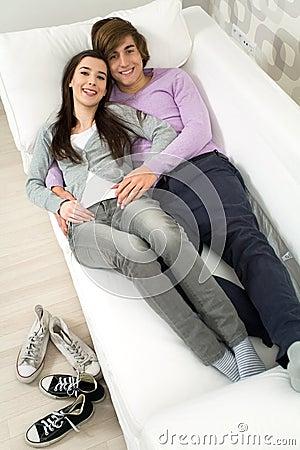 Paare, die auf Couch liegen
