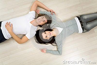 Paare, die auf dem Fußboden liegen