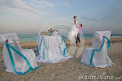 Paare, die auf dem Strand stillstehen