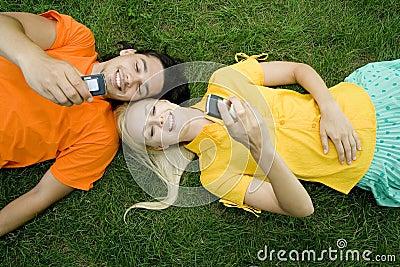 Paare, die auf Gras liegen