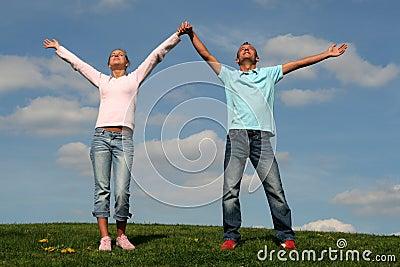 Paare, die auf Gras stehen